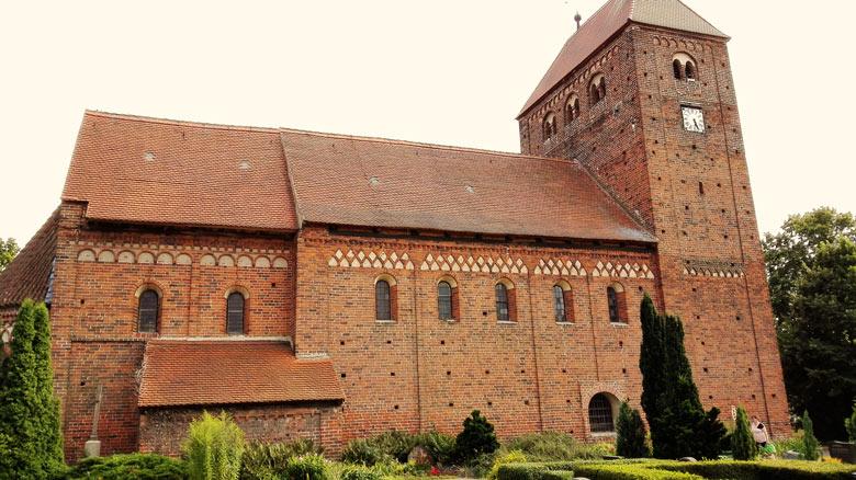 Bild der romanischen Dorfkirche Redekin an der Elbe in Sachsen-Anhalt, ein guter Einstieg in die Romanik-Motorradtour