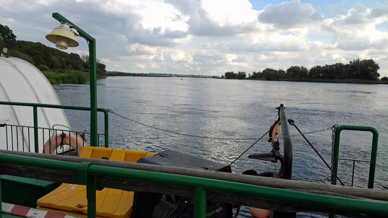 Überfahrt über die Oder bei Gozdowice mit der Fähre und Blick auf den breiten Fluss