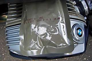 US-Einmannpackung auf heißem Zylinderblock einer BMW R 1200 GS als Beispiel fuer Essen auf Raedern im Winter robuste Methode