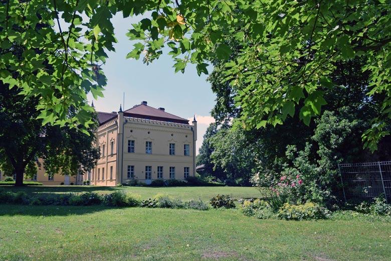 Bild vom Schloss Nennhausen in Brandenburg vom Park her gesehen bei einer Romanik-Motorradtour