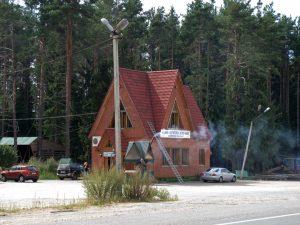 Bild Schaschlikbude Strassenrand mit rauchendem Kamin und Parkplatz