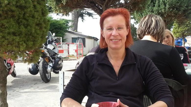 Bild vom Abschluss der Kastanienernte mir einer rothaarigen Motorradfahrerin beim Kaffee