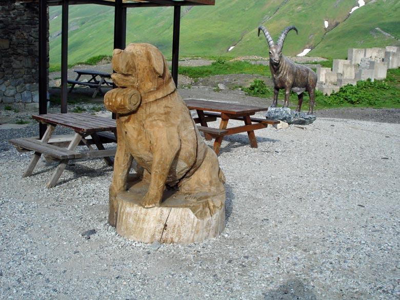 Holzgeschnitzter Bernhardiner auf dem Kleinen St Bernhard