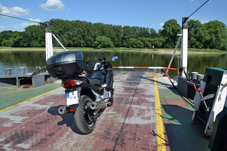 Bild von der Ueberfahrt Elbfaehre Werben bei einer Romanik-Motorradtour