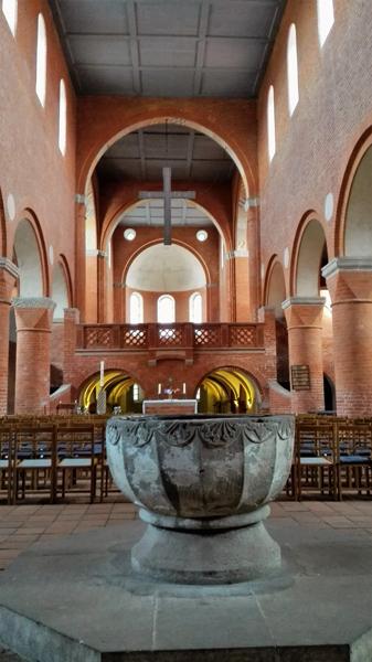 Bild vom Taufstein Klosterkirche Jerichow nach Renovierung der Kirche, ein Höhepunkt der Romanik-Motorradtour