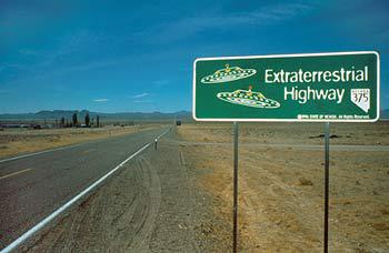 Bild eines Strassenschildes mit der Aufschrift Extraterrestrial Highway