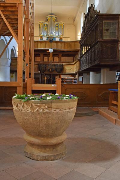 Bild vom Taufstein Patronatskirche Schoenhausen Elbe, an dem Reichskanzler Otto von Bismarck getauft wurde