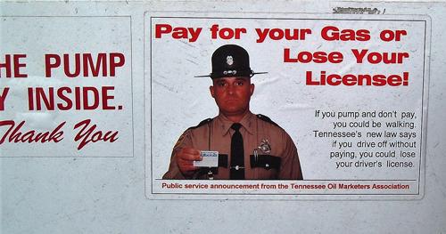 Bild eines Aufklebers an einer Tankstelle in Tennessee mit der Warnung: Wer nicht zahlt, verliert seinen Führerschein