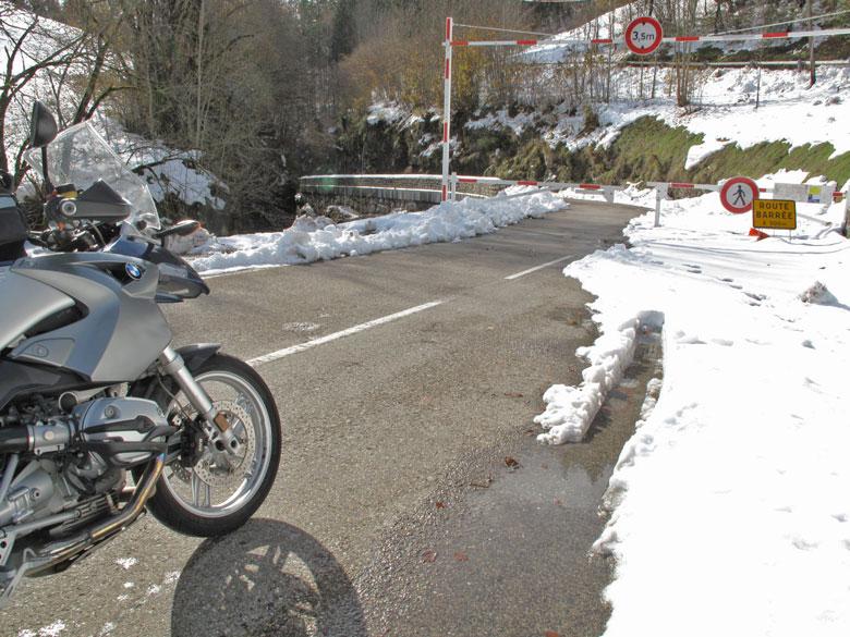 Bild von einem Motorrad BMW R 1200 GS bei einer Winterfahrt im Gebirge mit Schnee vor einer Strassensperre