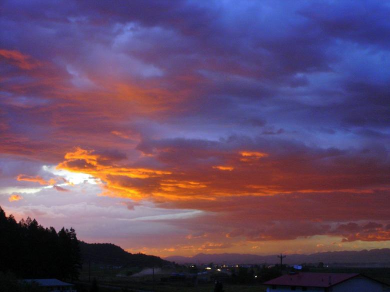 Bild vom Abendhimmel in Kalispell MT mit den Rocky Mountains im Hintergrund