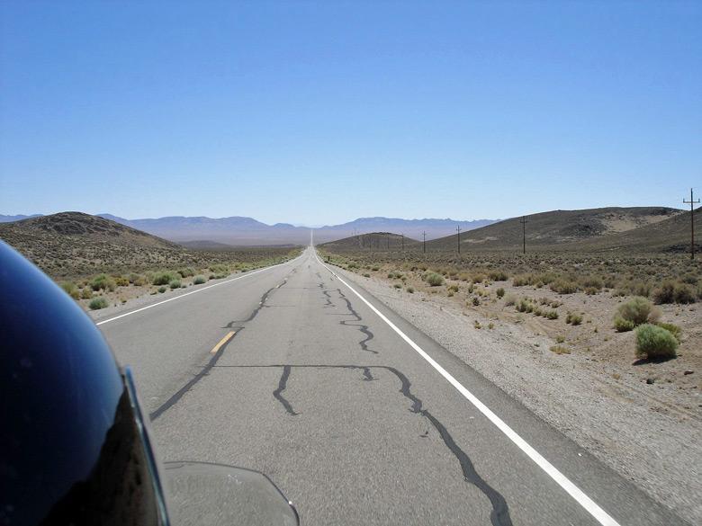 Bild vom Extraterrestrial Hwy in Nevada bei einer Fahrt durch die Wüste, wozu man körperlich fit für die Motorradsaison sein muß
