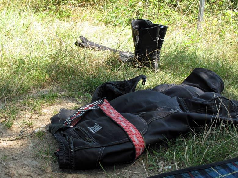 Bild von Motorradklamotten am Picknickplatz mit Daytona-Stiefeln und Rukka-Hose bei einer Motorradtour an die obere Loire