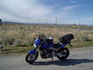 Bild von einem Stop in der Mojave Wüste bei einer Motorradtour quer durch die USA mit einer bepackten blauen Honda Hornet im Vordergrund