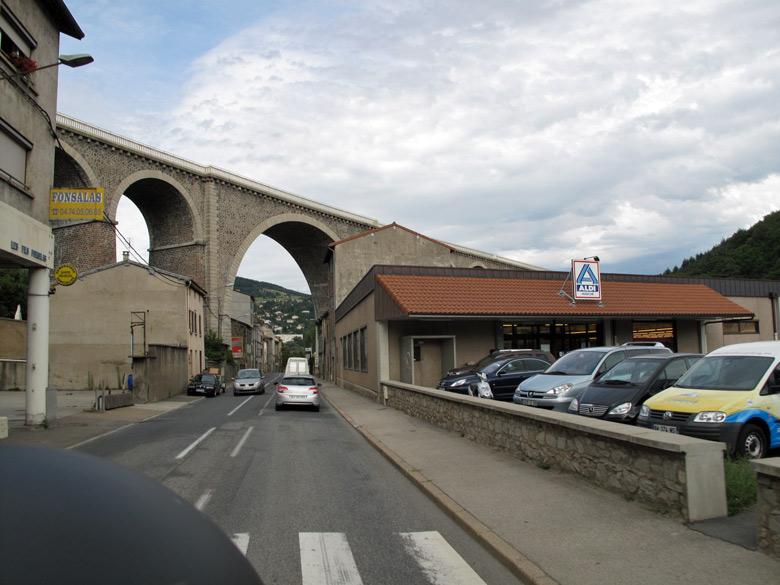 Bild vom Eisenbahnviadukt in Tarare Region Rhône Alpes in Frankreich mit einem ALDI-Nord Supermarkt am Strassenrand