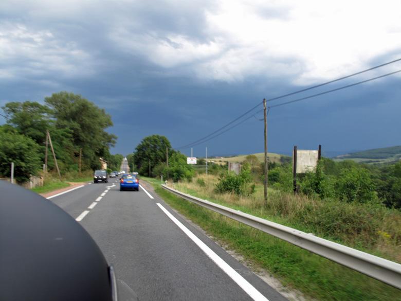 Bild von einer Motorradtour an die obere Loire der Gewitterfront entgegen, aufgenommen vom Motorrad aus voller Fahrt