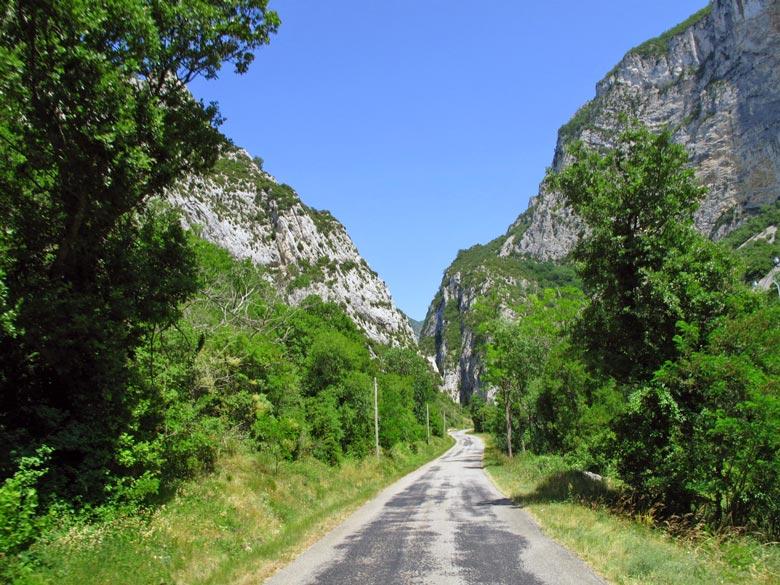 Bild vom Forêt de Saou in der Drôme, einem Naturschutzgebiet in einem zerklüfteten Felsmassiv in Südfrankreich, aufgenommen bei einer Motorradtour zum Gipfel des Mont Ventoux