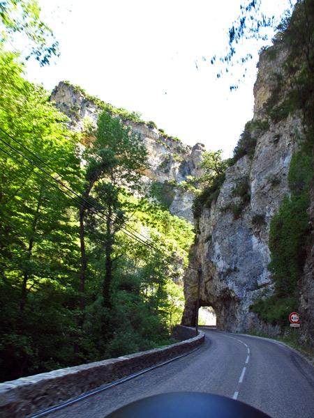 Bild vom Défilé-de-Trente-Pas kurz vor Nyons mit einem in den Felsen gesprengten Tunnel und dem Fluesschen Eygues, aufgenommen bei einer Motorradtour zum Gipfel des Mont Ventoux
