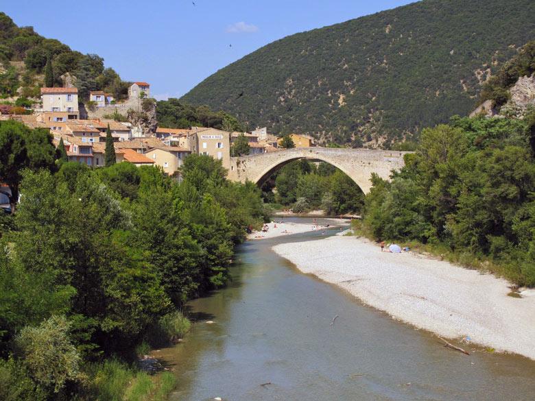 Bild vom Fluesschen Eygues und der Bogenbrücke in Nyons in der Region Ardèche-Rhône-Alpes in Frankreich mit den Gorges de trente pas im Hintergrund