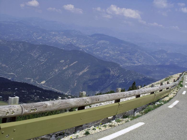 Bild von der Abfahrt vom Mont Ventoux mit Blick in das Tal und auf die benachbarten Berge