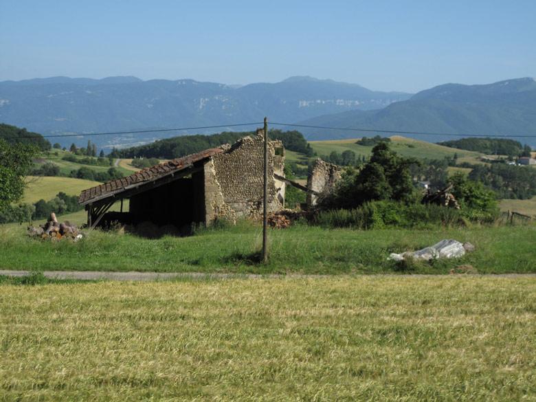 Zerfallenen Bauernhaus mit den Alpen im Hintergrund bei einer Motorradtour in die Chartreuse in Frankreich