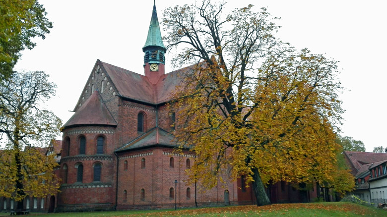 Bild der im Jahre 1180 im romanisch-gotischen Backsteinstil erbauten Zisterzienser-Klosterkirche Lehnin im Landkreis Potsdam-Mittelmark in Brandenburg