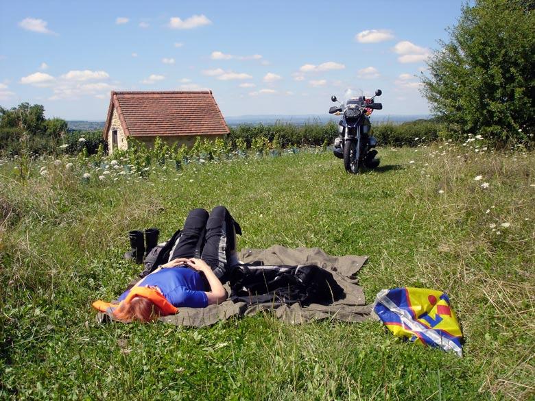 Rothaarige Motorradfahrerin bei der Rast auf einer Motorradtour in Burgund mit einer BMW R 1200 GS