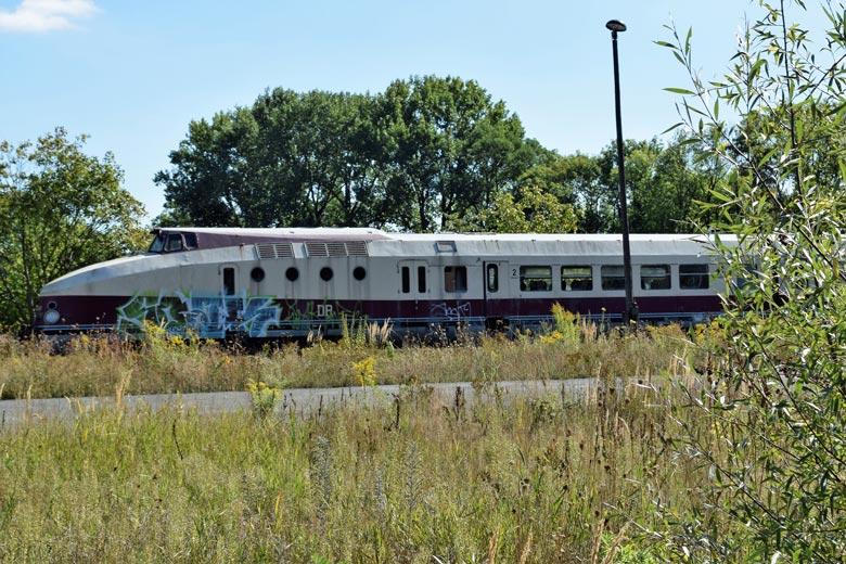 Bild von einem der beiden letzten erhaltenen Exemplare vom Typ Reichsbahn-Zug-VT-18.16 auf einem Abstellgleis in Ketzin, Lkr. Havelland in Brandenburg