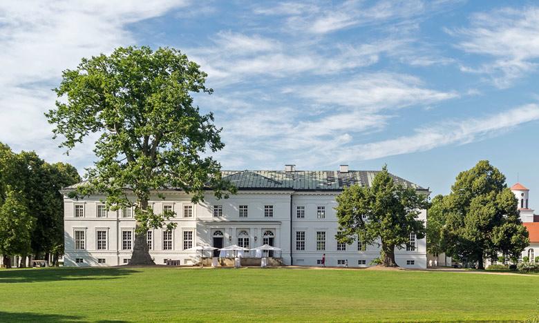 Schloss Neuhardenberg im Landkreis Oder-Spree vom Park her gesehen