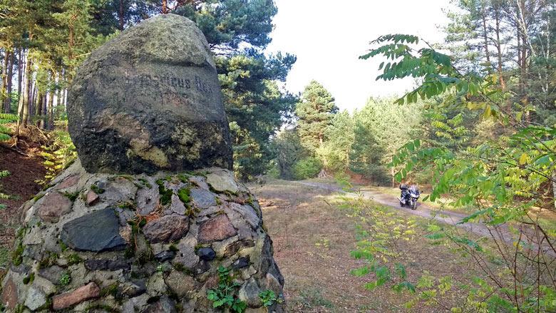 Bild vom Friedrichstein bei Goschen zum Gedenken an den Rückzug Friedrichs d. Gr. nach der Schlacht bei Kunersdorf 1759 anlaesslich einer Lausitztour mit dem Motorrad
