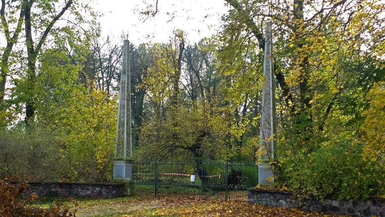 Bild vom Parkeingang mit zwei filigranen Obelisken Schloss Gross Rietz im Landkreis Oder-Spree in Brandenburg
