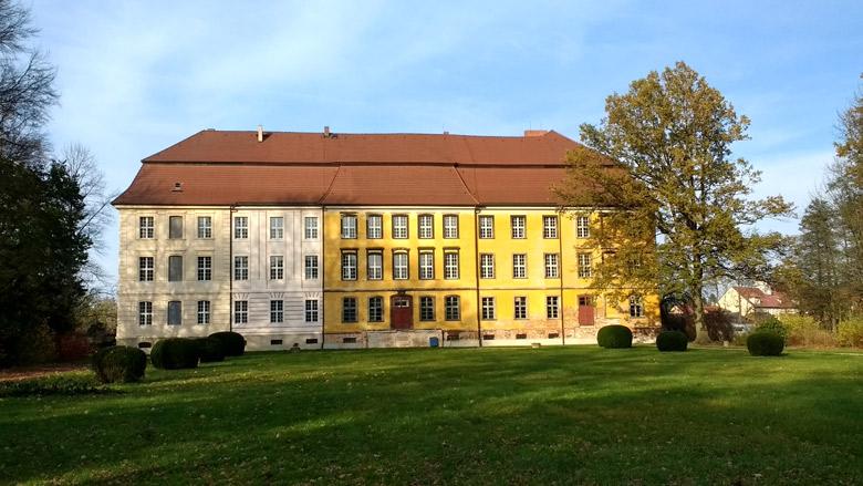 Bild von Seitenansicht Schloss Lieberose vom Park aus gesehen bei einer Lausitztour mit dem Motorrad