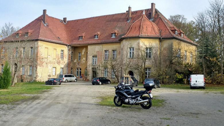 Bild vom Schloss Lindenberg Niederlausitz mit einer Yamaha FJR 1300 im Vordergrund