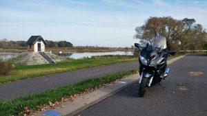 Bild der Oder bei Ratzdorf mit Pegelhäuschen und Motorrad auf dem Oderdamm