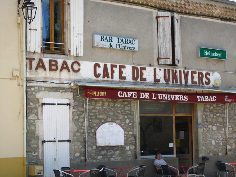 Bild von einem typischen Strassencafé in einem Dorf in Frankreich mit dem anspruchsvollen Namen Café de l'Univers