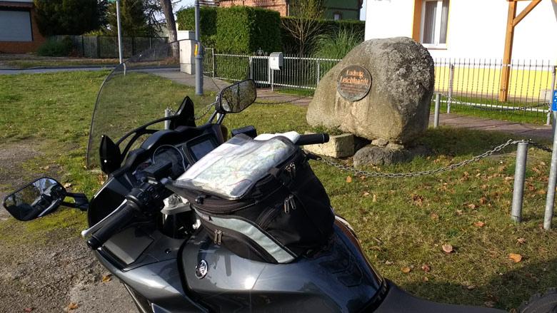 Gedenkstein für den Australienforscher Ludwig Leichhardt in Trebatsch (Niederlausitz) mit einem Motorrad im Vordergrund