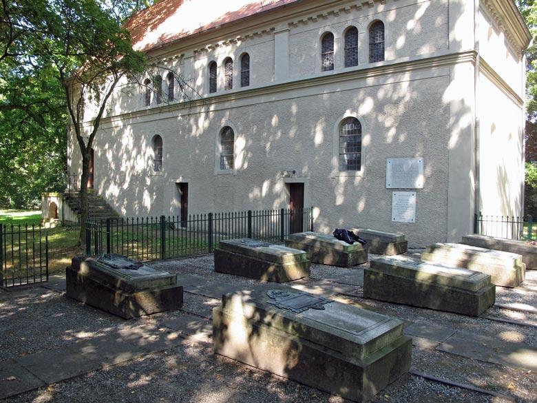 Familiengräber der Familie von Arnim in Wiepersdorf, Landkreis Teltow-Fläming, besucht bei einer Motorradtour zu Architektur und Musik in Brandenburg
