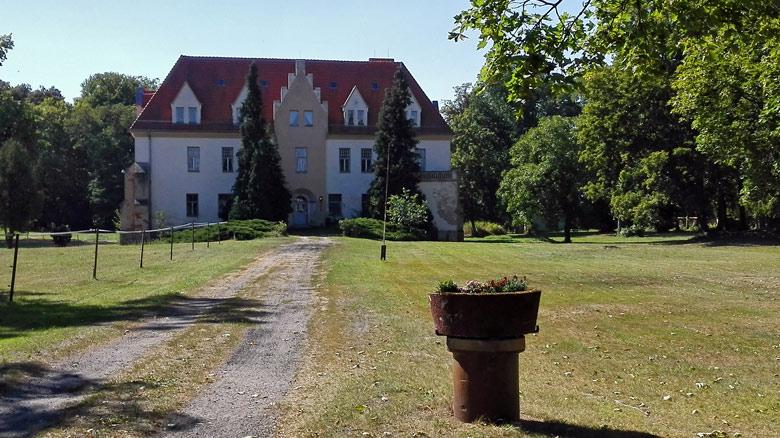 Bild vom Schloss Lebusa und Park im Landkreis Elbe-Elster in Süd-Brandenburg mit einem unbefestigten Zufahrtsweg