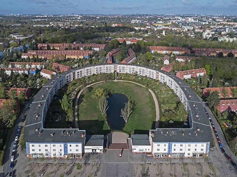 Hufeisensiedlung in Berlin im Luftbild, besucht bei einer Motorradtour zu Architektur und Musik in Brandenburg