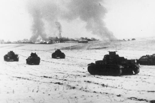 Bild von einem deutschen Panzerangriff auf ein Dorf bei Istra in Russland im November 1941