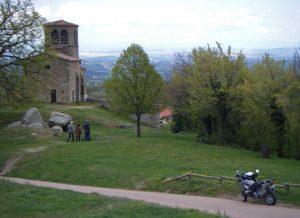 Panorama vom Naturpark Pilat mit dem romanischen Kirchlein St. Vincent aus dem 11 Jahrhundert, einem Motorrad und dem Rhônetal im Hintergrund