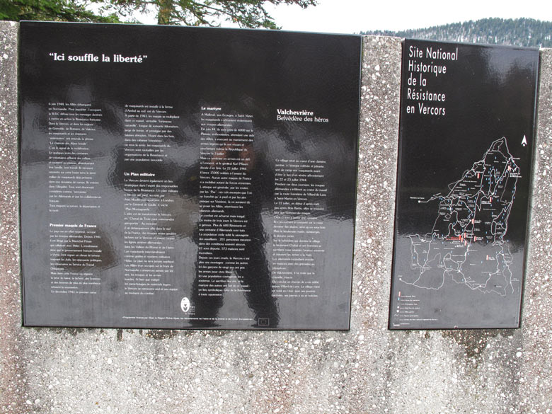 Bild von einer schwarzen Resistance Gedenktafel im Vercors im Andenken an die während des Zweiten Weltkrieges getöteten Partisanen und Zivilisten