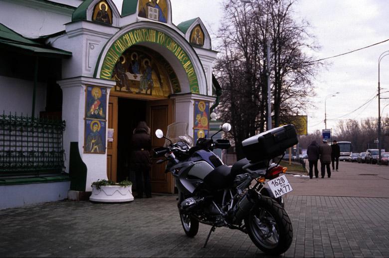 Bild von einem Motorrad BMW vor einer orthodoxen Kirche bei einer vorweihnachtlichen Erkundungstour in Moskau