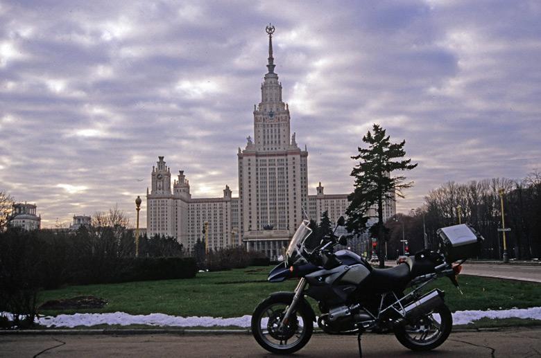 Bild eines Motorrades BMW vor Lomonossow Universität in Moskau im Winter