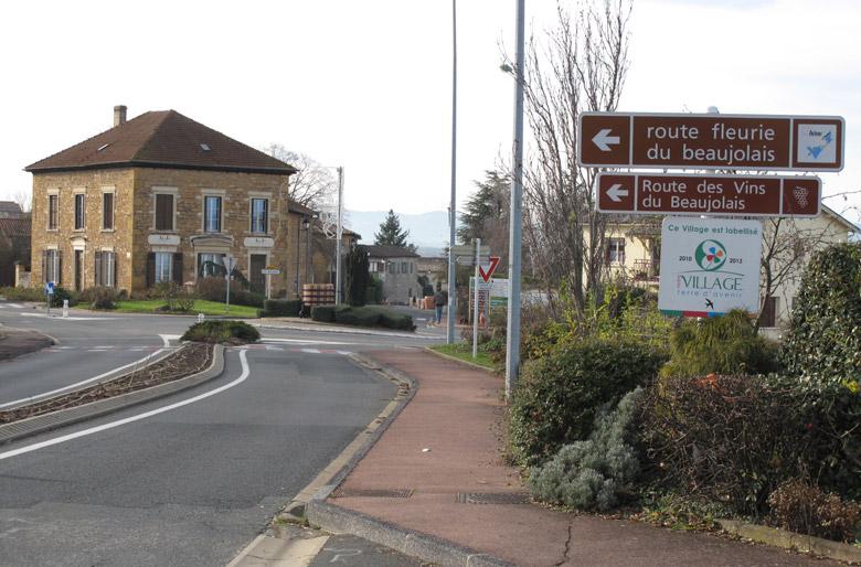 Bild einer verlassenen Ortschaft im Januar mit Beschilderung der Beaujolais Weinstrasse