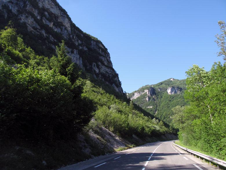 Bild von der Straße durch die Cluse des Hôpiteaux im Département Ain in Frankreich