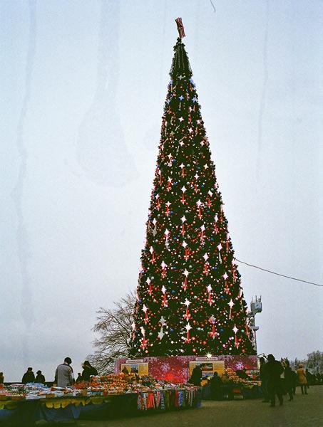 Bild von einem Künstlicher Weihnachtsbaum in Moskau mit Verkaufsständen davor