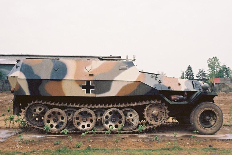 Mittlerer Schützenpanzer Sd. Kfz 251 auf einem Feld im Moskauer Vorort Archangelskoje