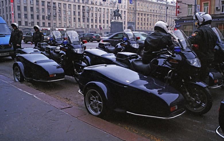 Polizeimotorräder vor dem Moskauer Rathaus in der Twerskaja Uliza bei winterlicher Kälte. Im Hintergrund das Denkmal für den Grossfürsten Juri Dolgoruki, den Gründer von Moskau.