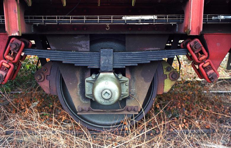 Bild von einem Radsatz an einem Eisenbahnwaggon auf Abstellgleis