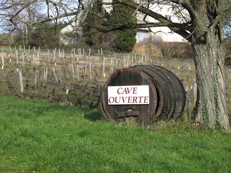 Weinfass mit der Aufschrift Cave Ouverte